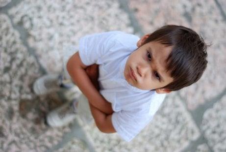 Hva skal jeg gjøre hvis barnet mitt biter sine klassekamerater?