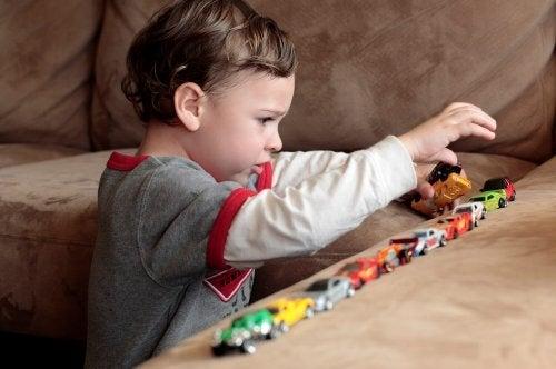 Barn med Autismespekterforstyrrelser leker med biler  - myter om Autismespekterforstyrrelser