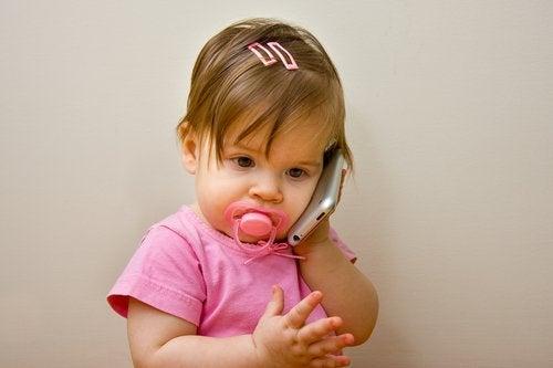 Å stimulere at barn begynner å snakke ved hjelp av telefon
