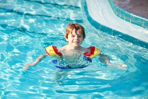 Gutt lærer svømme i bassenget