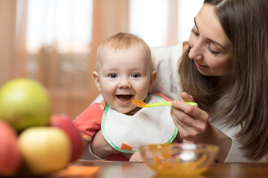 Slik kan du introdusere babymat til babyen