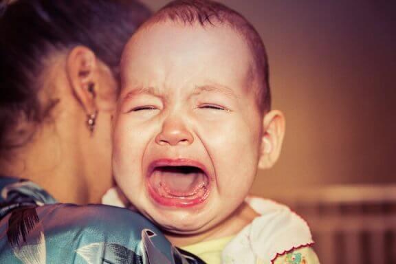 Hvorfor våkner babyen min alltid gråtende?