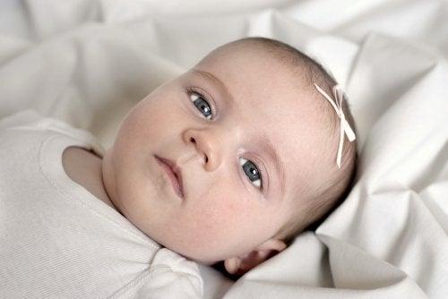 Babyers pusting kan være urytmisk selv når babyen er så rolig som denne.