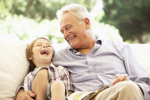 Barn og eldre mann ler