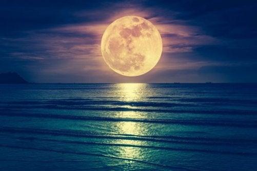 Påvirker månen fødsel eller er det overtro?