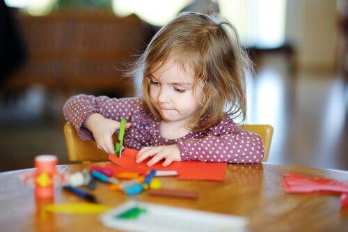 Hvordan du kan lære barnet klippe med saks