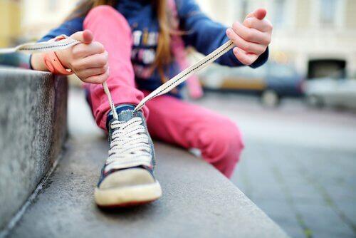 Lær barnet ditt å knyte skoene sine