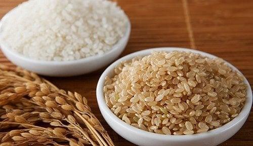 Skåler med brun ris, rik på magnesium.