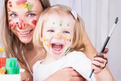 mor og datter maler