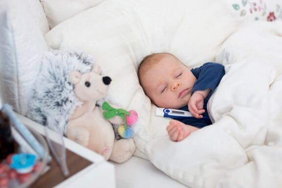 Triks for å senke feber hos babyer