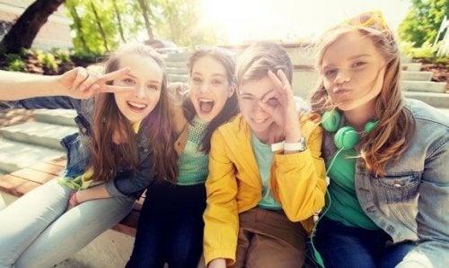 Søken etter popularitet i ungdomsårene