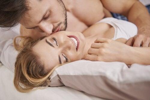 Et lykkelig par i en seng.