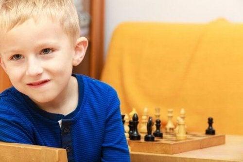Liten gutt med sjakkbrett