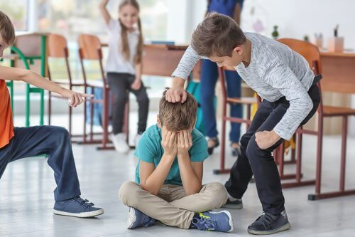 Aggresjon hos barn kan føre til mobbing på skolen.
