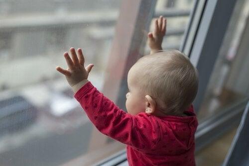 Baby ser ut av vinduet