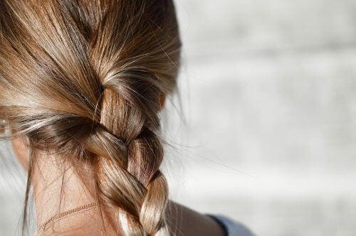 En kvinne med håret i en flette.