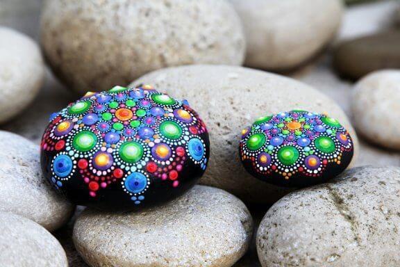 Dekorerte steiner: Enkle og vakre kunstverk