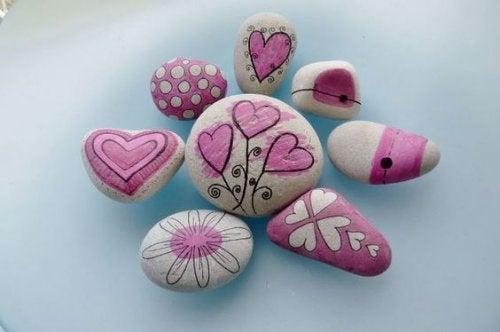 Dekorerte steiner plassert som mosaikk.