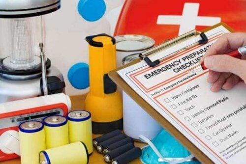 Hva skal hjemmets førstehjelpsutstyr inneholde?