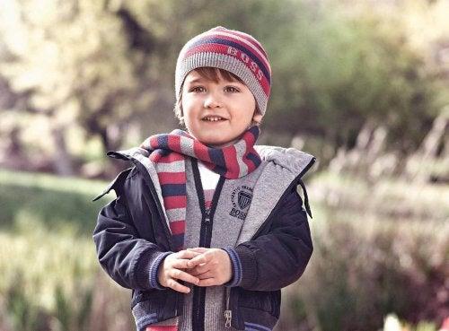 En gutt kledd i varme høstklær.