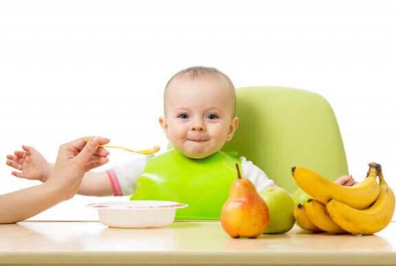 Barnet nyter å prøve nye smaker