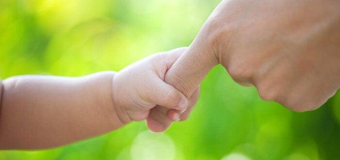 Mor og barn - hånd-i-hånd