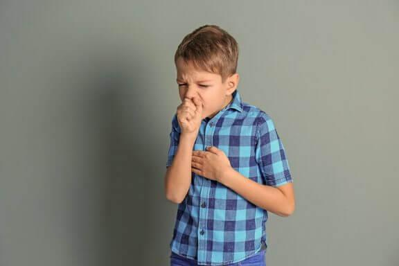 Hoste og hvesende pust hos barn kan være symptomene på mange sykdommer.