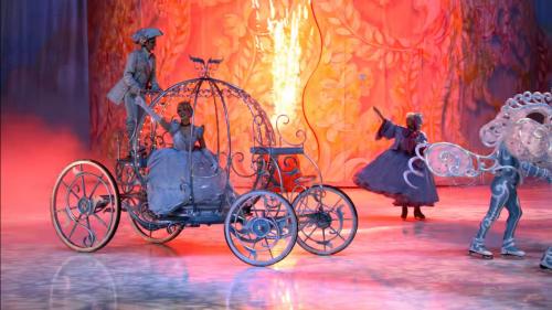 Disney-figurer på isen i Disney on Ice.