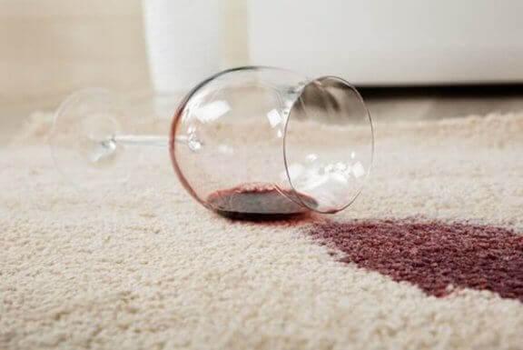 Hvitvin kan brukes til å fjerne rødvinsflekker