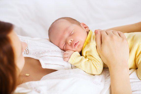 Guide for å sove sammen med babyen din