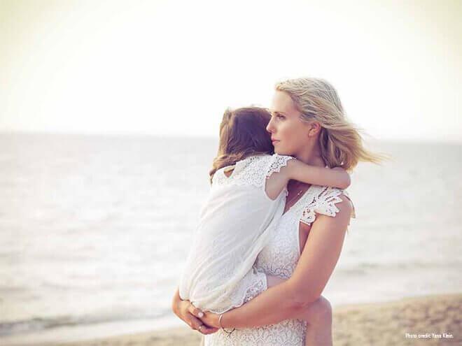 Mor og datter på stranden