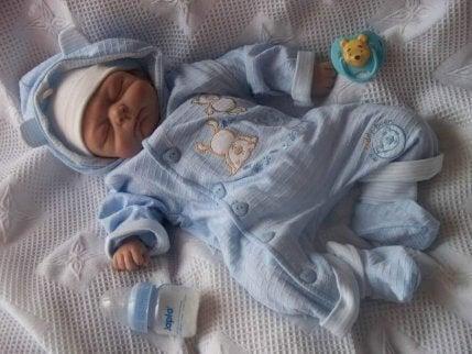 En liten baby i blå pysjamas.