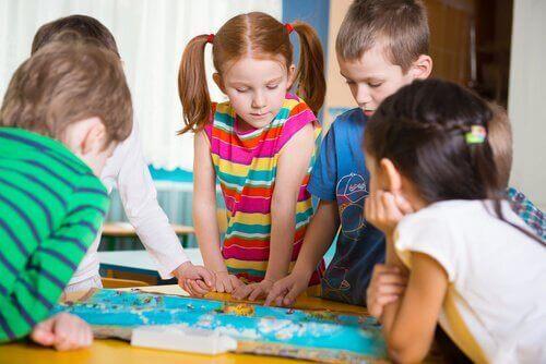 Barn som spiller brettspill