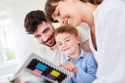 Et barn som ser på kort med foreldrene sine