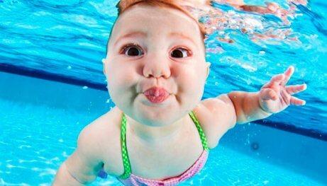 En baby svømmer under vann.