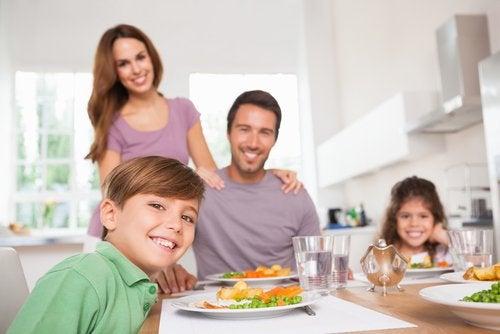 En lykkelig familie rundt spisebordet.