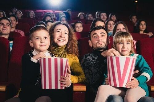 En familie på kino sammen.