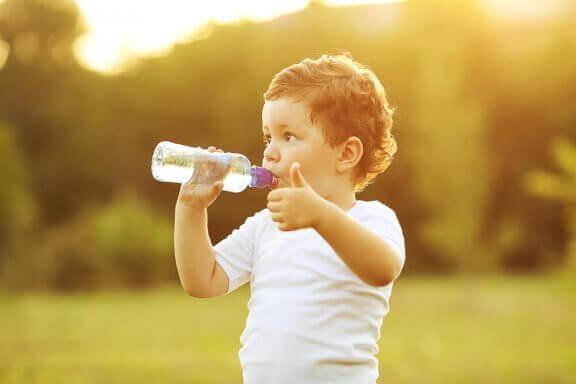 Når bør du lære babyen din å drikke fra kopp?