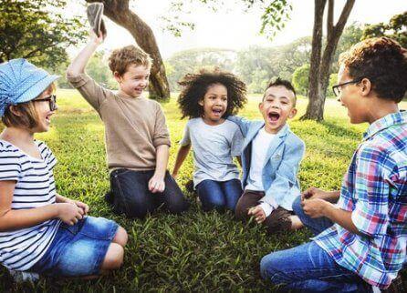 En gruppe barn som lærer ute