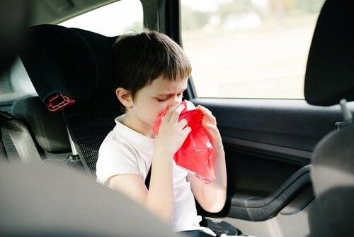 råd for å unngå å bli bilsyk