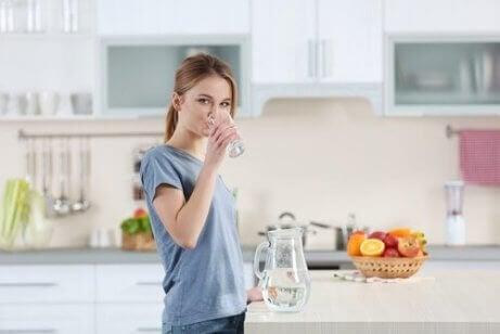 En kvinne som drikker vann