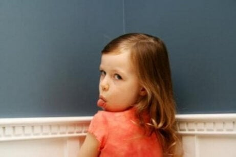 En jente som står med tungen ut, som et eksempel på barn som ignorer eller behandler foreldrene dårlig