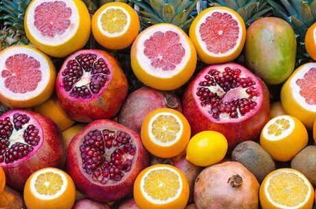 En stor haug med sitrusfrukter, rike på vitamin C