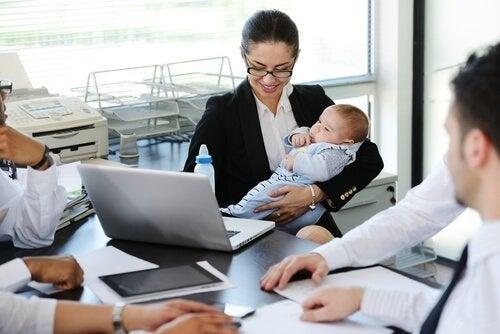 En kvinne som har tatt med babyen på arbeidet.
