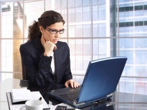 En kvinne ved arbeidsplassen sin.