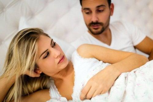 Et par som ligger i sengen