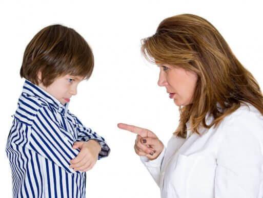 Mor irettesetter barnet sitt