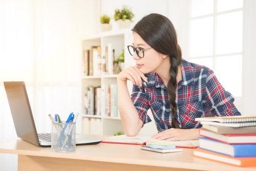 Kvinne sitter og studerer