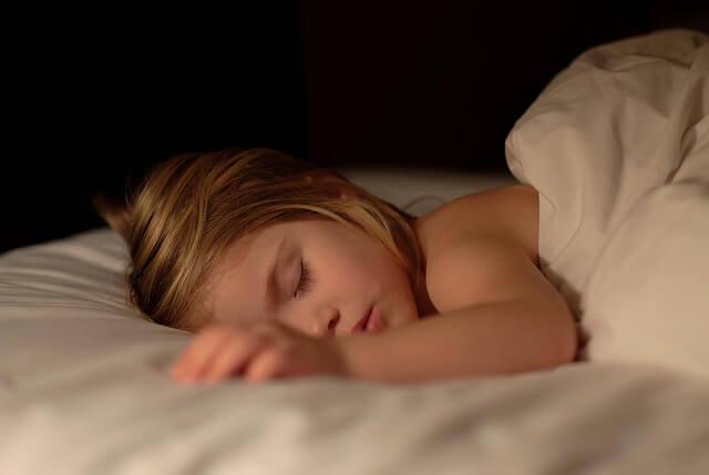9 tips som kan hjelpe ditt barn med å stoppe sengevæting