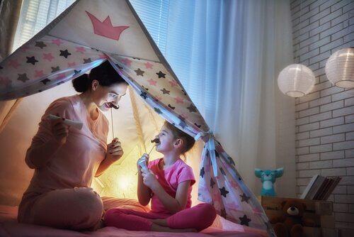 En mor og en datter som reflekter hverandre for å skape et positivt selvbilde for datteren.